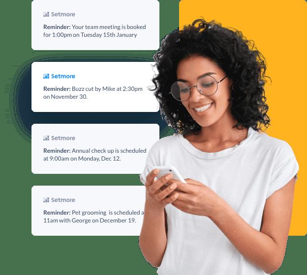 Eine Frau sucht auf Ihrem Handy Erinnerungen