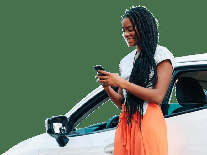 Uma senhora com rastas a olhar para o telemóvel