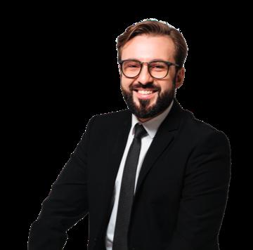 Um homem de fato preto com óculos e um sorriso