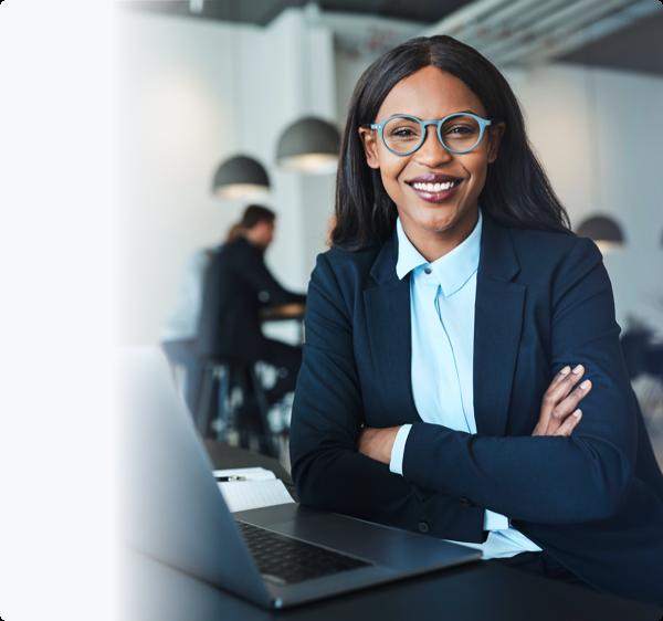 Uma mulher a sorrir em óculos e fato azul