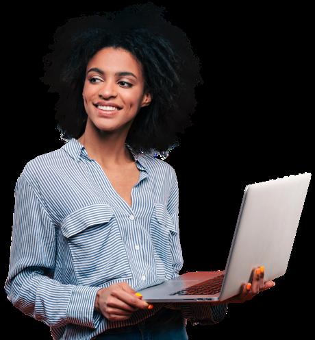 Uma mulher a segurar um portátil com o rosto a sorrir com covinhas