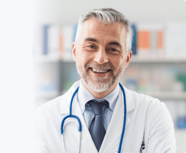 Médico sonriente usando setmore para tomar citas
