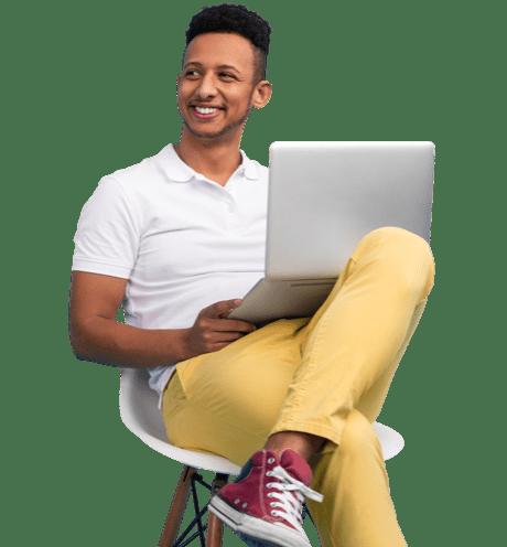 Un homme est assis avec son ordinateur portable