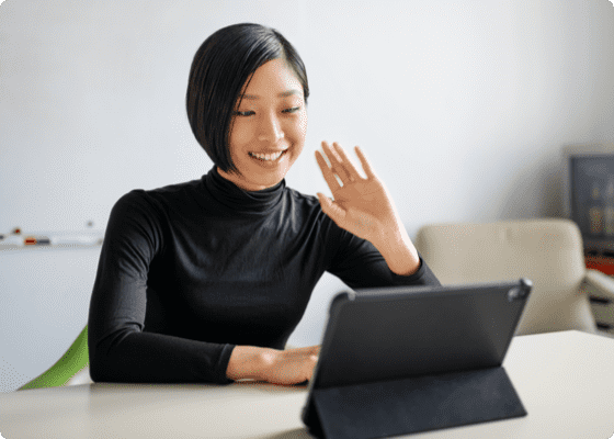 Une femme souriante en agitant la main